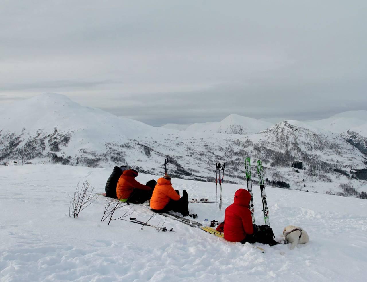 Matpause på Knebben. Foto: Anne Cecilie Kapstad. / Toppturar i Sunnfjord.