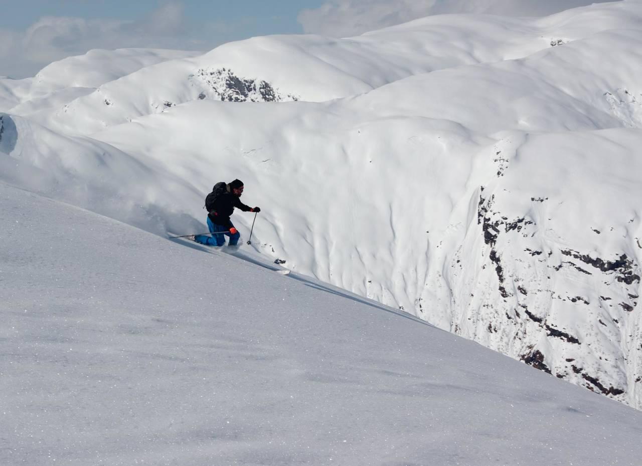 Laussnøkøyring frå Sunnfjordbjørnen midt i april. Foto: Brit Siv Fimland. / Toppturar i Sunnfjord.
