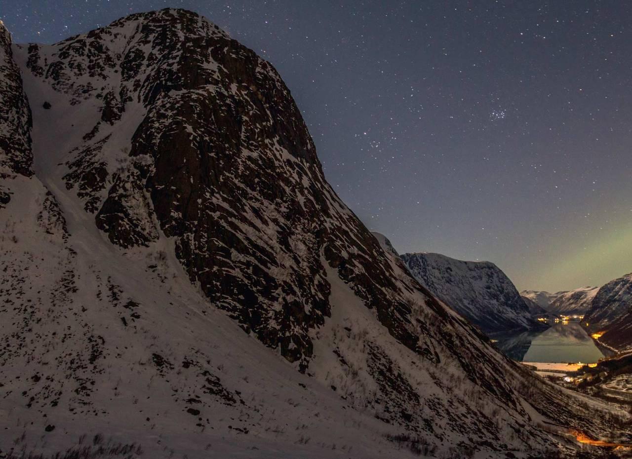 Lundeskaret og Kjøsnesfjorden. Foto: Atle Lunde. / Toppturar i Sunnfjord.