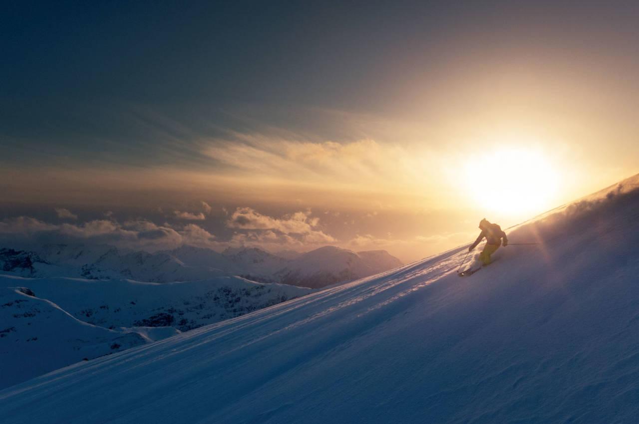 Magisk ettermiddagslys ned frå toppen av Auskjeret. Foto: Johan Kistrand.