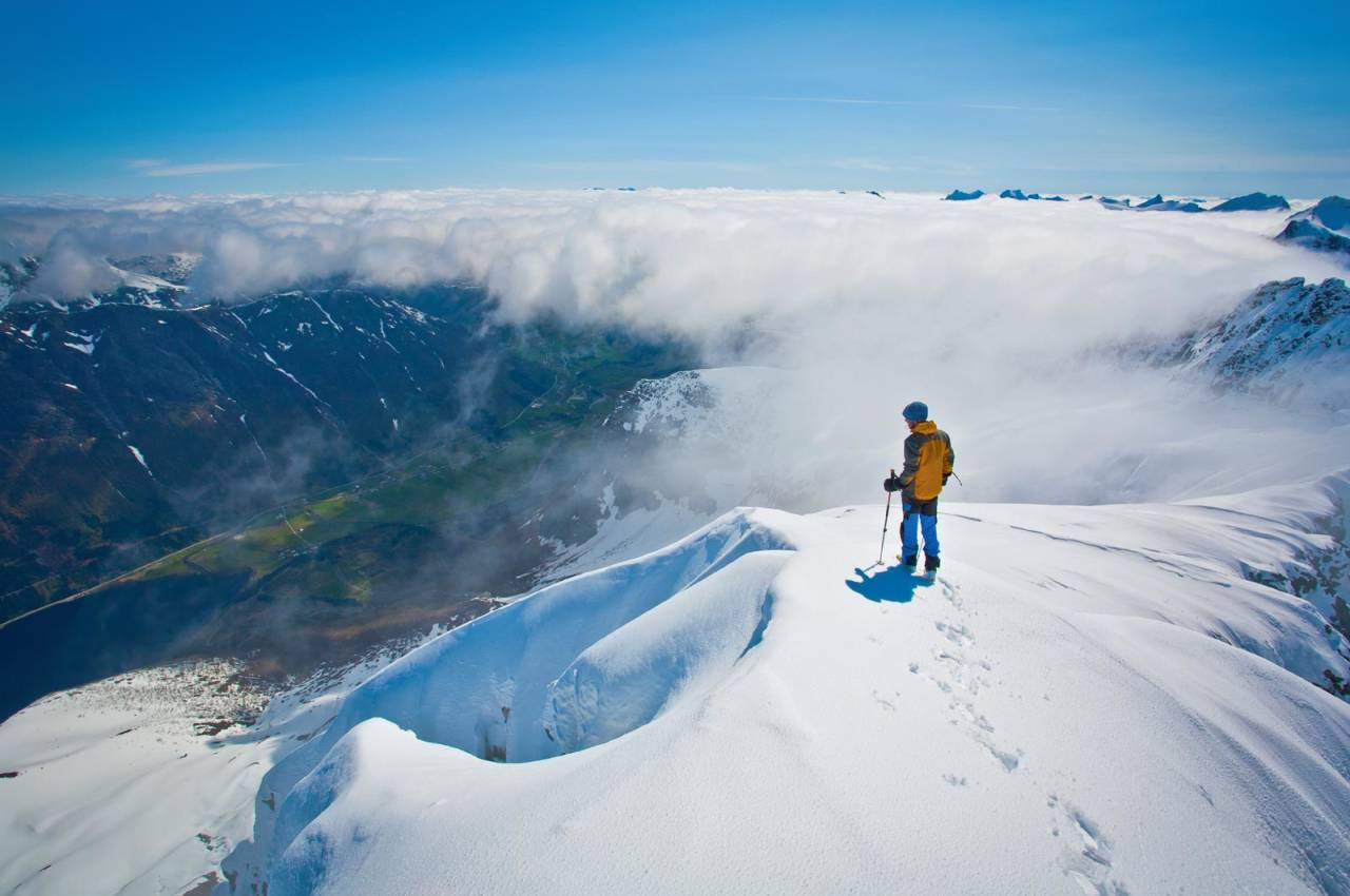 Skiløparen på toppryggen av Blåbretinden studerer siste delen av nedkøyringa til Fet. Foto: Håvard Myklebust.