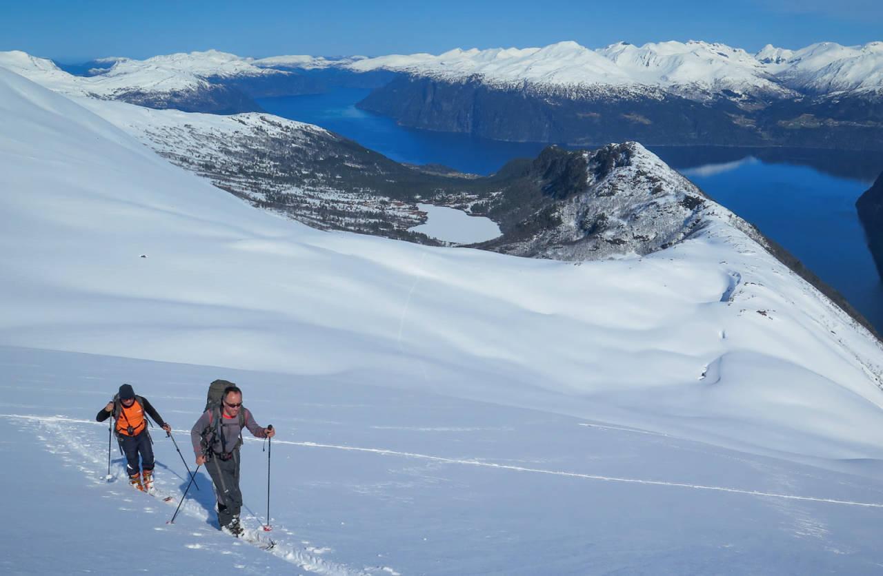 Like under toppen frå ei alternativ rute med start på Vasset. Vi ser Storfjorden med Liabygda bak til høgre. Foto: Uteguiden/Oscar Almgren.