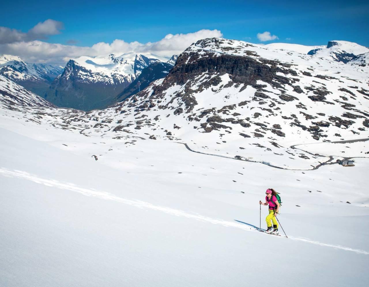 På Strynefjellet kan du normalt finne gode skiforhold langt utover våren. Bilete er teke 20. juni 2015. Djupvasshytta nede til høgre, Dalsnibba ruvande bak. Foto: Håvard Myklebust.