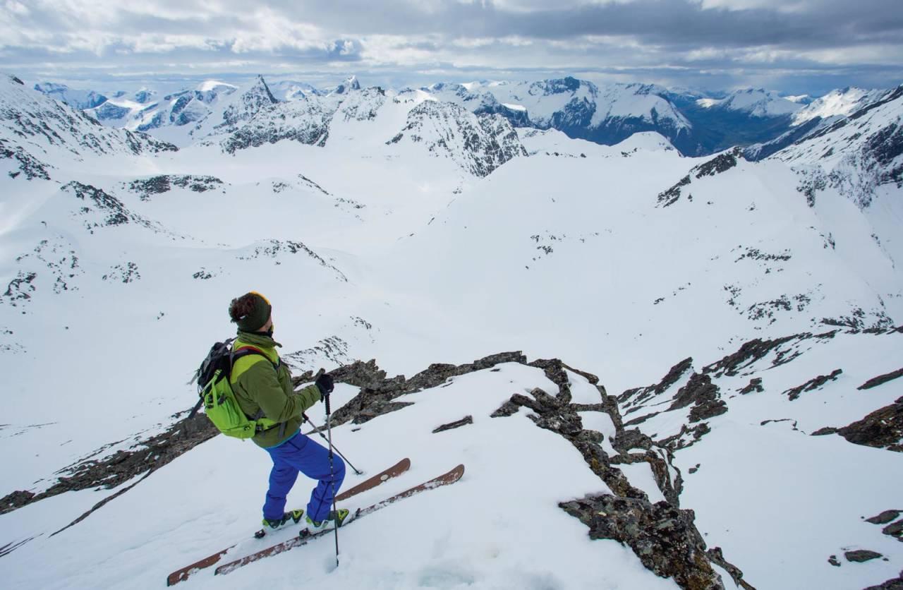Flott utsyn sørvestover mot resten av Sunnmørs- alpane frå fortoppen. Foto: Håvard Myklebust.