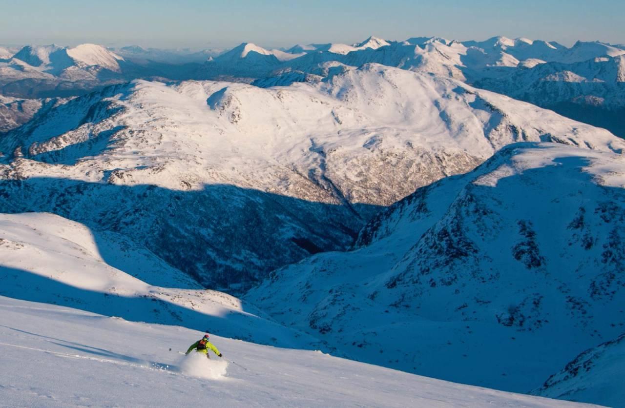 På veg ned mot Kollskardet i fin og lett snø. Roaldshornet i den nære bakgrunnen. Foto: Håvard Myklebust.