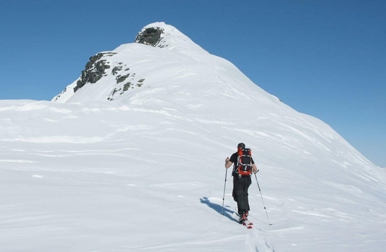 Skiløpar på veg opp mot toppen av Dyrdalstinden. Foto: Svein Myhre.