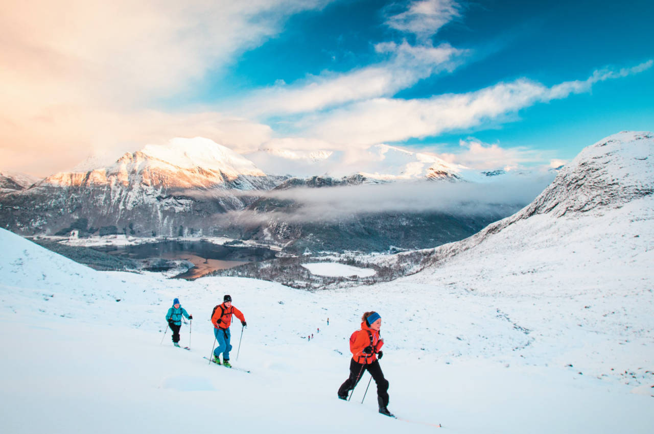 Skiløparar på veg opp mot Blåbreen. Foto: Håvard Myklebust.