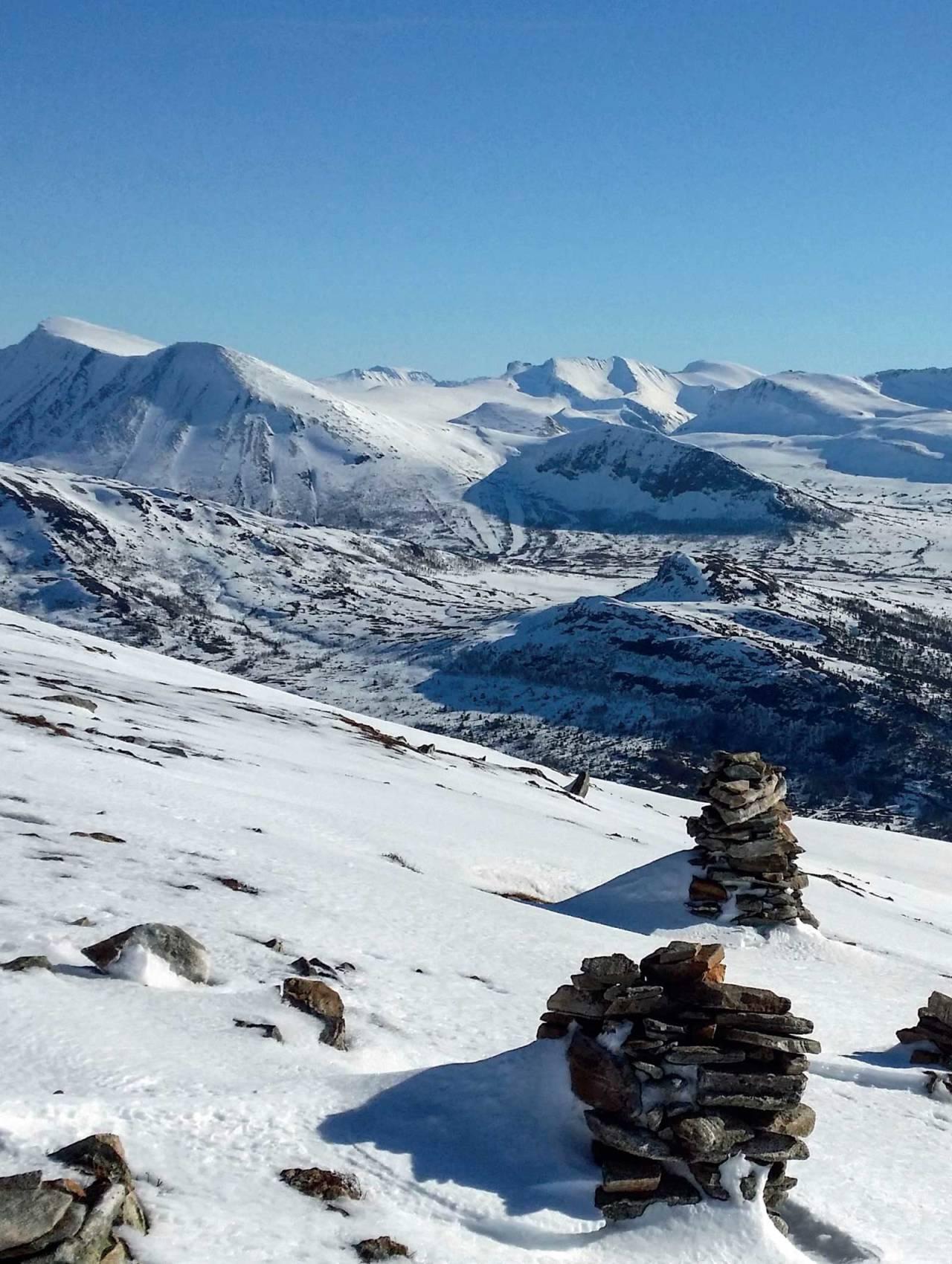 Flott utsyn mot Ørskogfjellet med Sprovstinden til venstre og Høgsvora i midten. Foto: Liv Randi Foss.