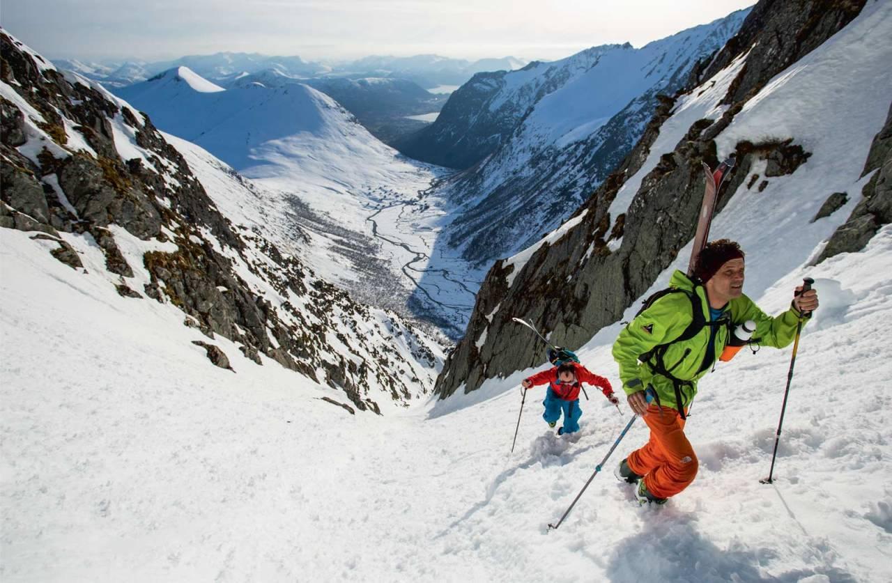 Stig Helset og Bjarne Solbakken på veg opp den bratte renna frå Langedalen. Foto: Håvard Myklebust