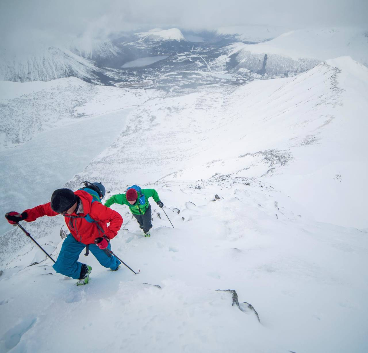 Bjarne Solbakken og Olav Viddal like under toppen. Ruter skissert inn i bakgrunnen. Foto: Håvard Myklebust.