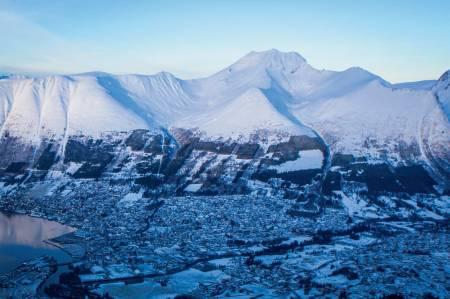 Sentrumsfjella over Ørsta. F.v: Nivane, Vardehornet, Saudehornet, Vallahornet og Kyrkjetinden. Foto: Håvard Myklebust