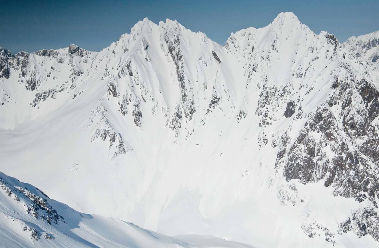 Dei bratte rennene i vestsida av Sætretindmassivet kan berre køyrast av erfarne alpinistar på skredtrygge dagar. Foto: Eirik Vaage.