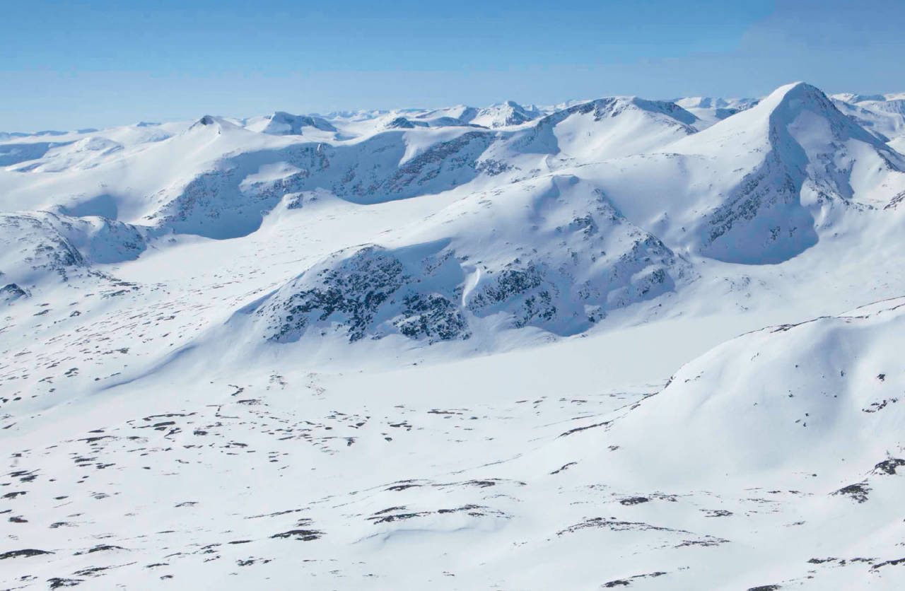 Ruta opp frå Pyttbua til Puttegga (til høgre), vidare over til Høgstolen (i midten) og Karitinden (til venstre). Foto: Espen Schive.