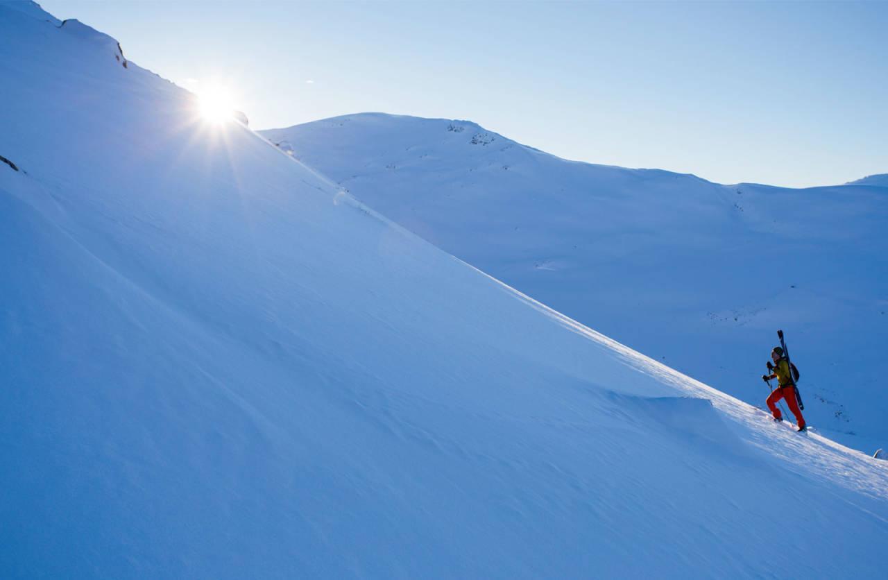 På veg opp toppryggen ein iskald januarmorgon. Vanlegvis er dette ein rein skitur, men akkurat denne dagen var det fornuftig å ta skia på sekken eit stykke oppover den avblåste ryggen. Foto: Håvard Myklebust.
