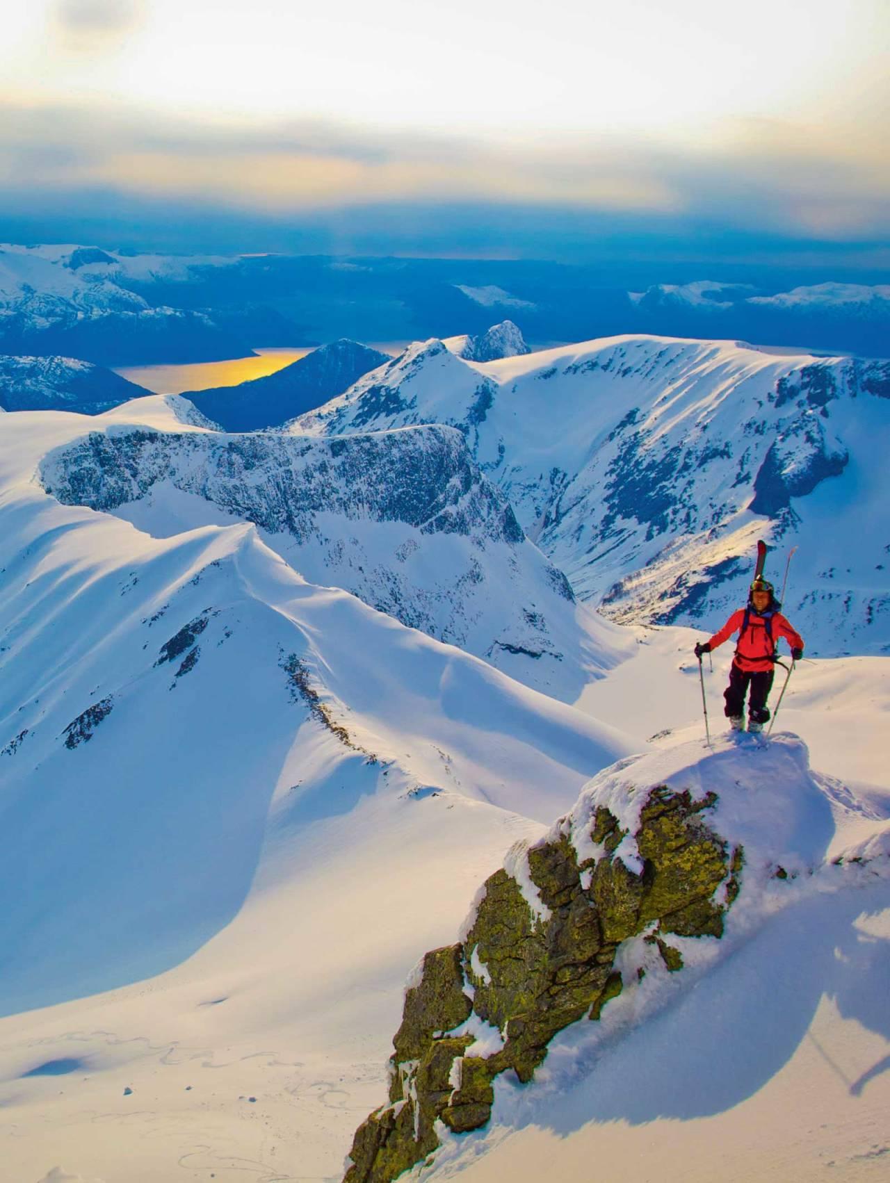 Fint kveldslys på toppen. Vardehornet og Nivane i den nære bakgrunnen. Foto: Håvard Myklebust