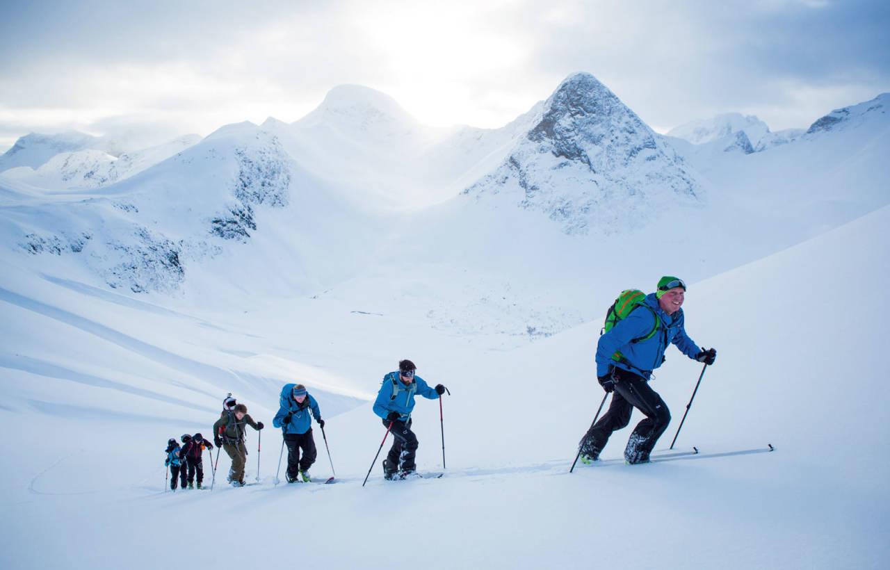Christer Øyre leier an eit turlag opp Blådalen. Dukhornet og Langhornet i bakgrunnen. Foto: Håvard Myklebust.