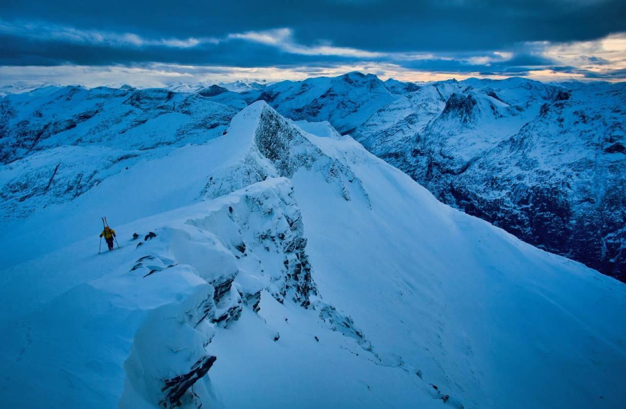 Akkurat denne kalde januardagen var det best å ta skia på sekken opp siste bakken til topps, men vanlegvis kan du gå med skia på beina heile vegen til toppen. Legg merke til den farlege skavlen. Foto: Håvard Myklebust.