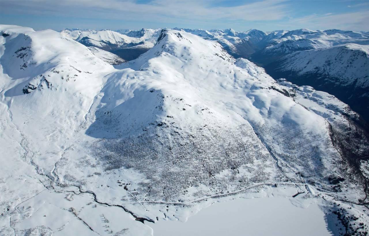 Sunndalsnipa sett fra sørvest. Toppen til venstre er Eidskyrkja. Foto: Håvard Myklebust. / Trygge toppturer.