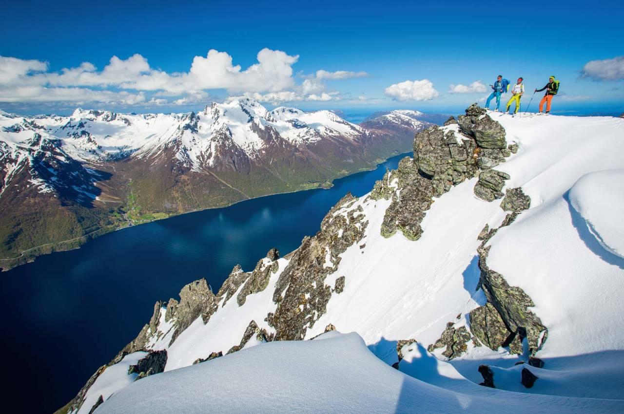 Magisk utsyn både inn, ut og over Hjørundfjorden frå toppen av Tungremtindane. Foto: Håvard Myklebust.