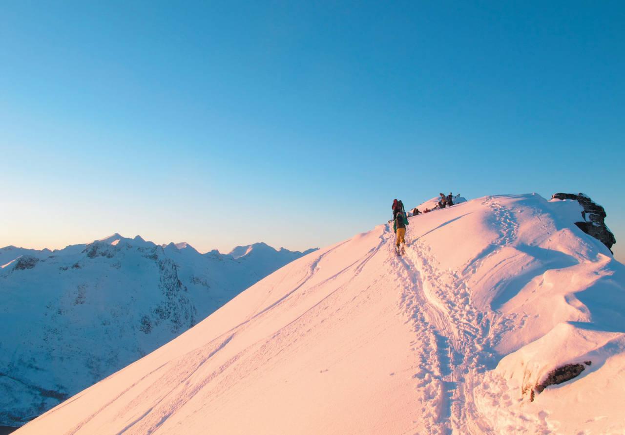 Første soldag på toppryggen på Buren. Foto: Espen Nordahl. / Toppturer i Troms.