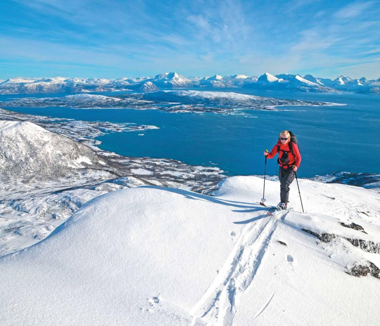 Antonia Haas nærmer seg toppen på Lonketind. Foto: Christoph Haas Bildetekst: Foto: Jan R. Olsen. / Toppturer i Troms.
