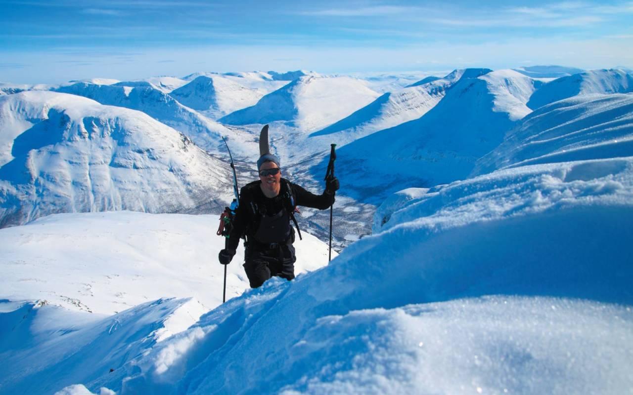Lars Melbye går til fots opp siste biten på Blåbærtinden Foto: Kjetil M. Samuelsen. / Toppturer i Troms.