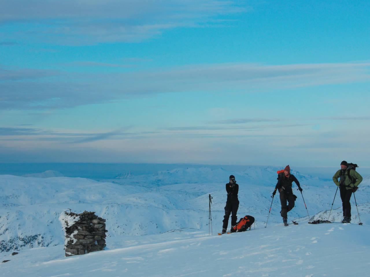 Yngve Antonsen, Heidi Berg og Bjørn Eines nyter en vakker februardag på Breitinden. Foto: Espen Nordahl. / Toppturer i Troms.