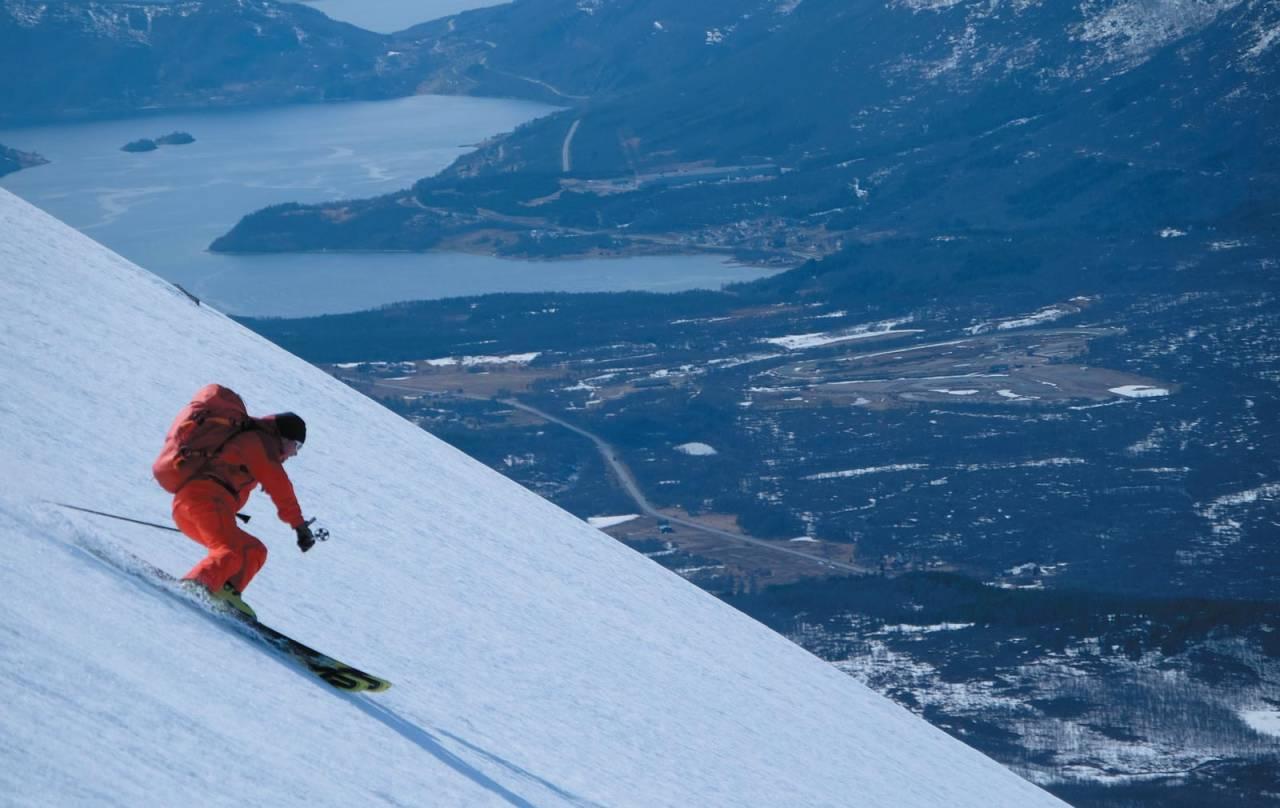 Markus Landrø svinger seg ned fra Gabrielfjellet etter ei snøobservasjonsøkt og konstaterer at litt bratt skikjøring ligger innenfor idag. Foto: Espen Nordahl. / Toppturer i Trom.