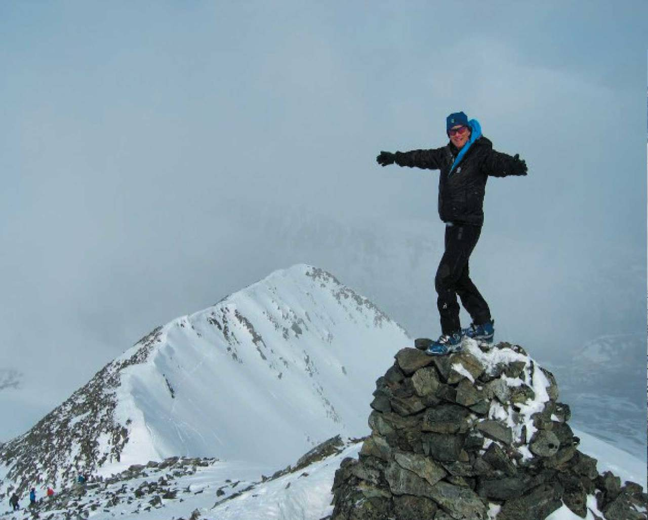 En lykkelig Svein Mortensen omfavner toppen av Kavringtinden. Foto: ukjent. / Toppturer i Troms.