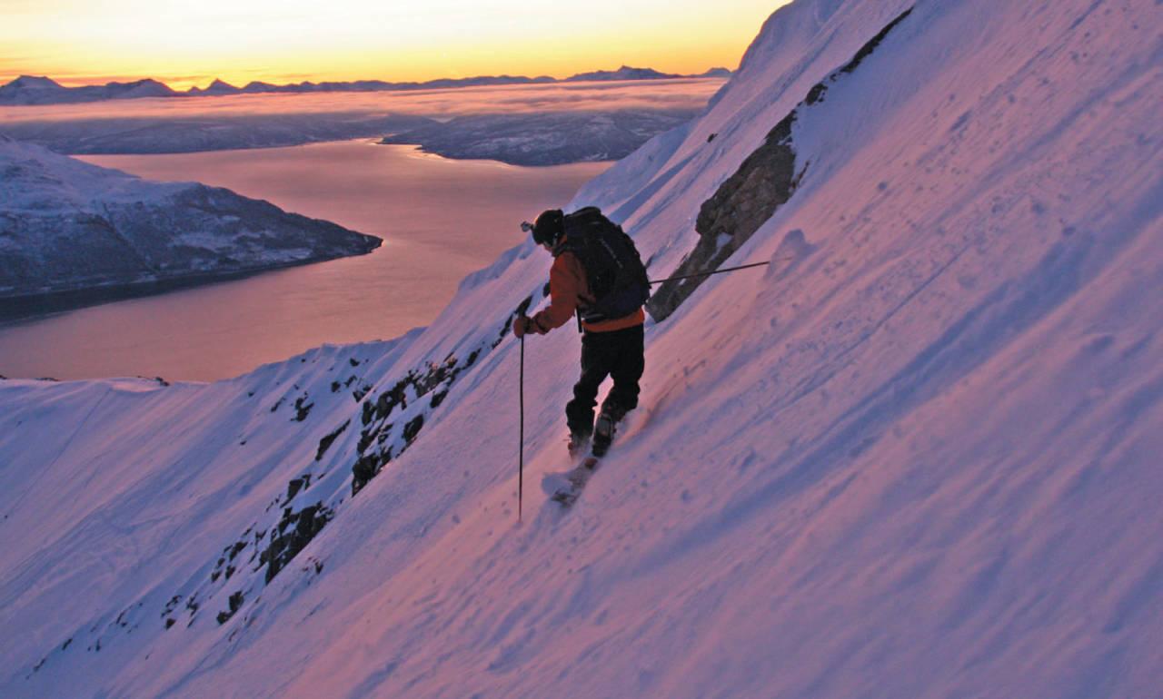 Stian Falk Eidesen leter etter beste linja ned fra Gråtinden. Foto: Thorleif Svendsen. / Toppturer i Troms.