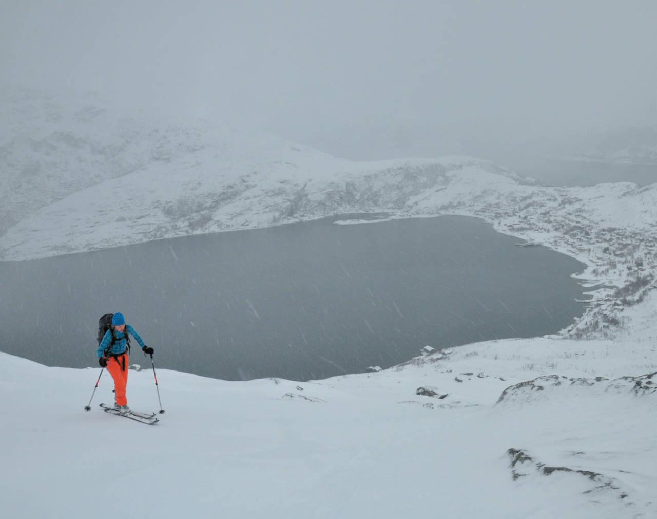 Hatten; den perfekte topp når været ikke er helt perfekt. Heidi Berg er enig. Foto: Espen Nordahl. / Toppturer i Troms.
