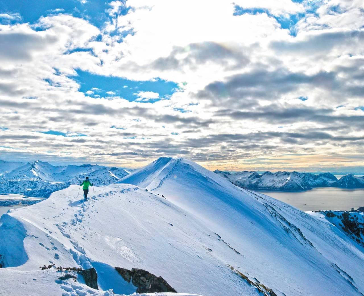 Laura Schmidt på toppryggen på Husfjellet. Foto: Christoph Haas. / Toppturer i Troms.