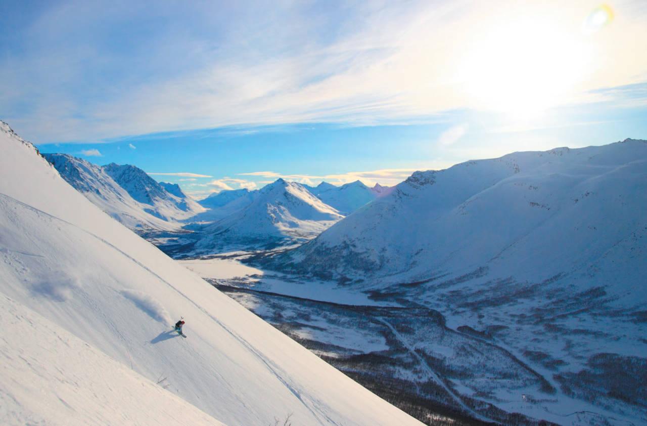 Lars Liestøl leker seg ned vestsida på Karltinden. Foto: Kjetil M. Samuelsen. / Toppturer i Troms.