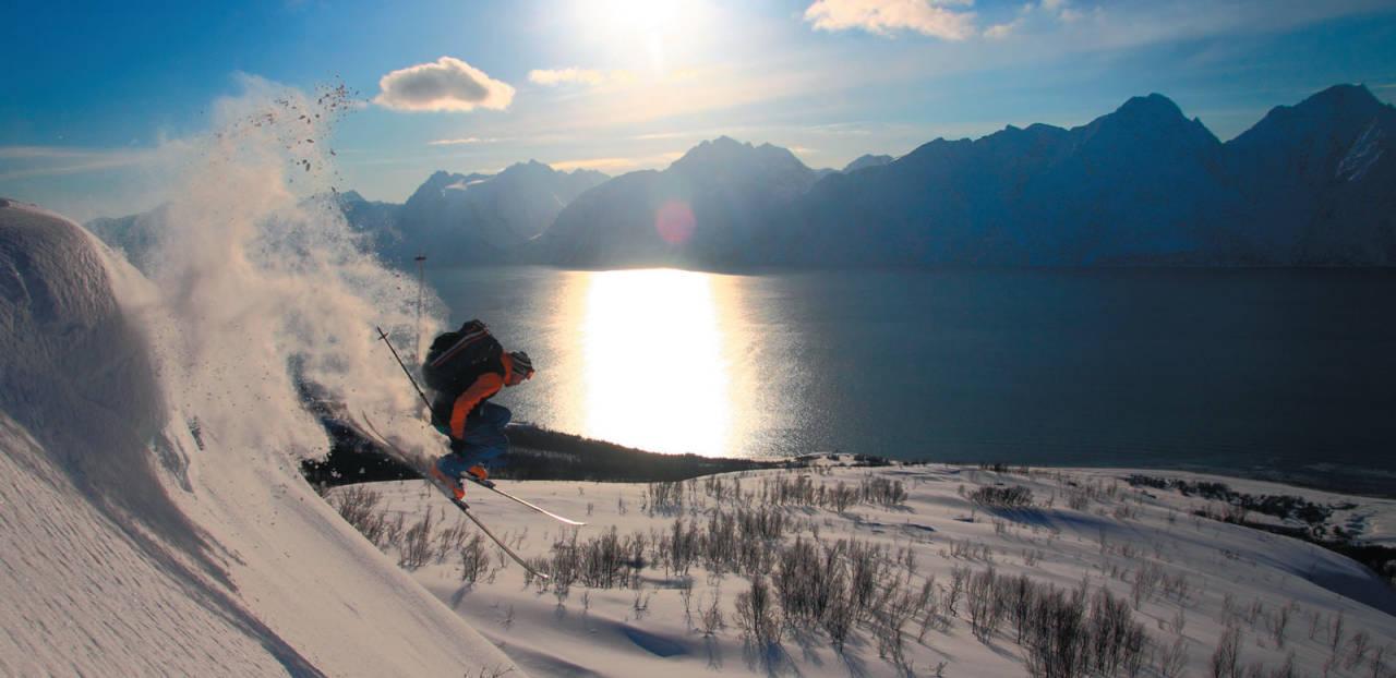 Sten Andreas Grundvåg leker seg i pudderet på Kjelvågtinden. Foto: Kjetil M. Samuelsen. / Toppturer i Troms.