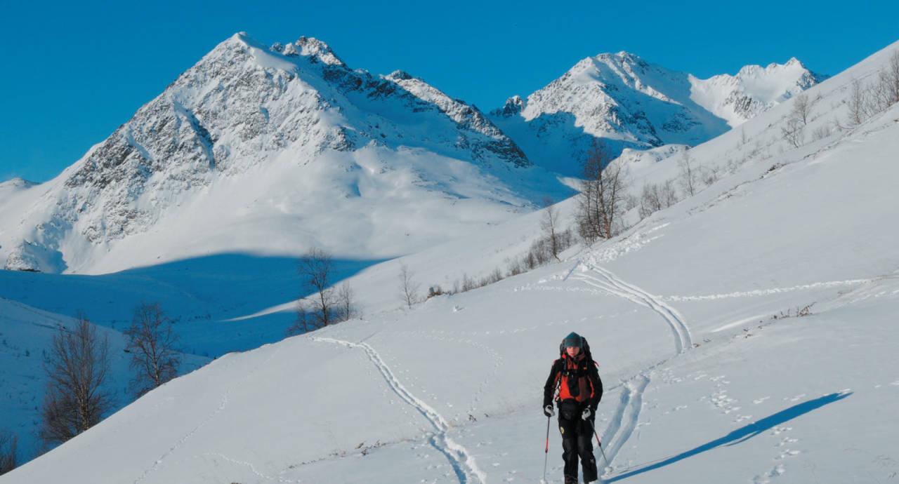 Heidi Berg på vei ut Kvalvikdalen. Dette var ikke dagen å besøke Kvalvikdalstindan. Skredfaren var for stor. Foto: Espen Nordahl. / Toppturer i Troms.