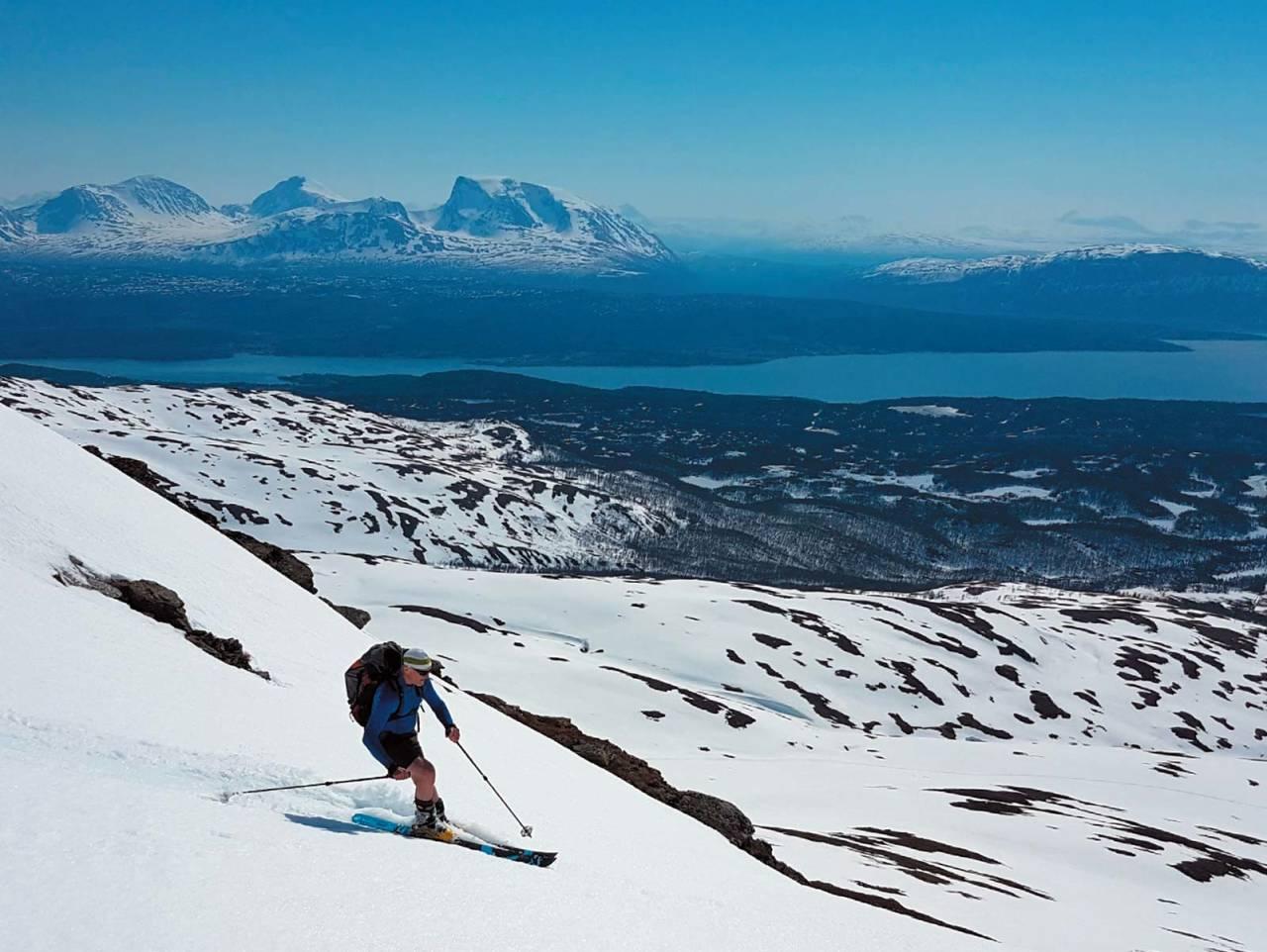 Man blir aldri for gammel til å leke. Johnny Rognmo, snart 70 år, svinger seg ned fra Kvannfjellet. Foto: Ruben Rognmo.