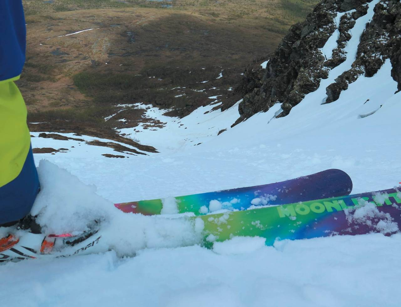 Forfatteren skuer ned renna på Kvitfjellet. Go or no go? Foto: Espen Nordahl. / Toppturer i Troms.