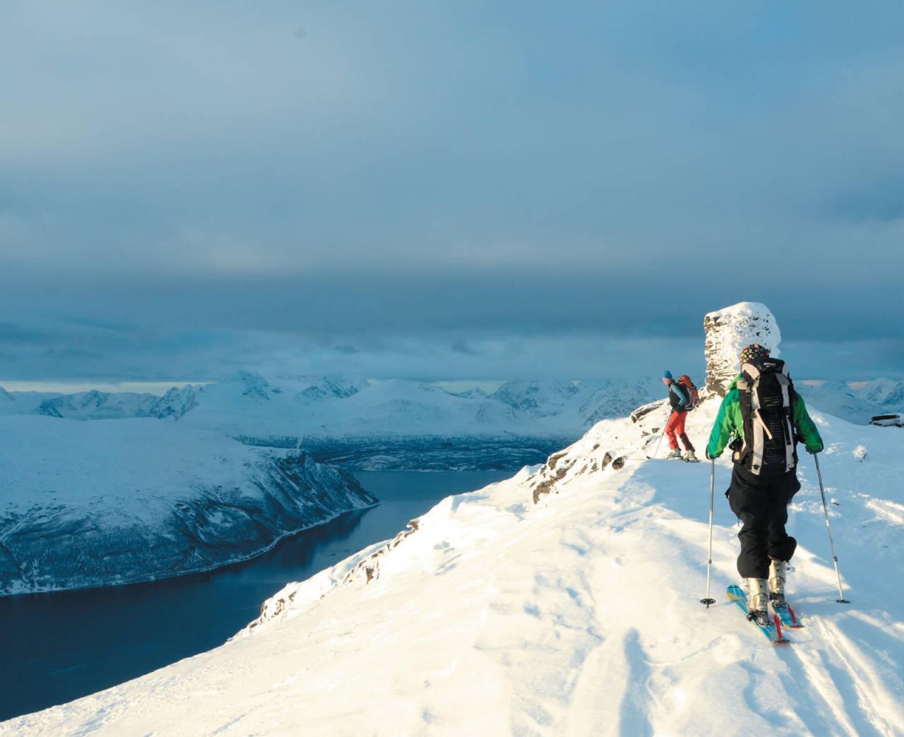 Sissel Forfang og Heidi Berg sporer siste metre inn til toppen av Nomedalstinden. Lyngsalpene i bakgrunnen. Foto: Espen Nordahl. / Toppturer i Troms.