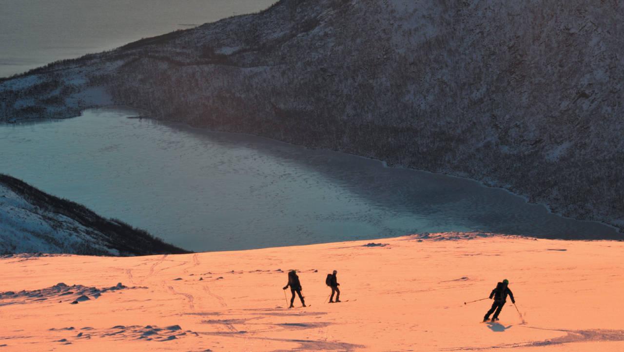 Januarsola lyser opp nedkjøringa fra Nordfjellet for Gry-Hege Kviteberg, Heidi Berg og Svein Mortensen Foto: Espen Nordahl. / Toppturer i Troms.