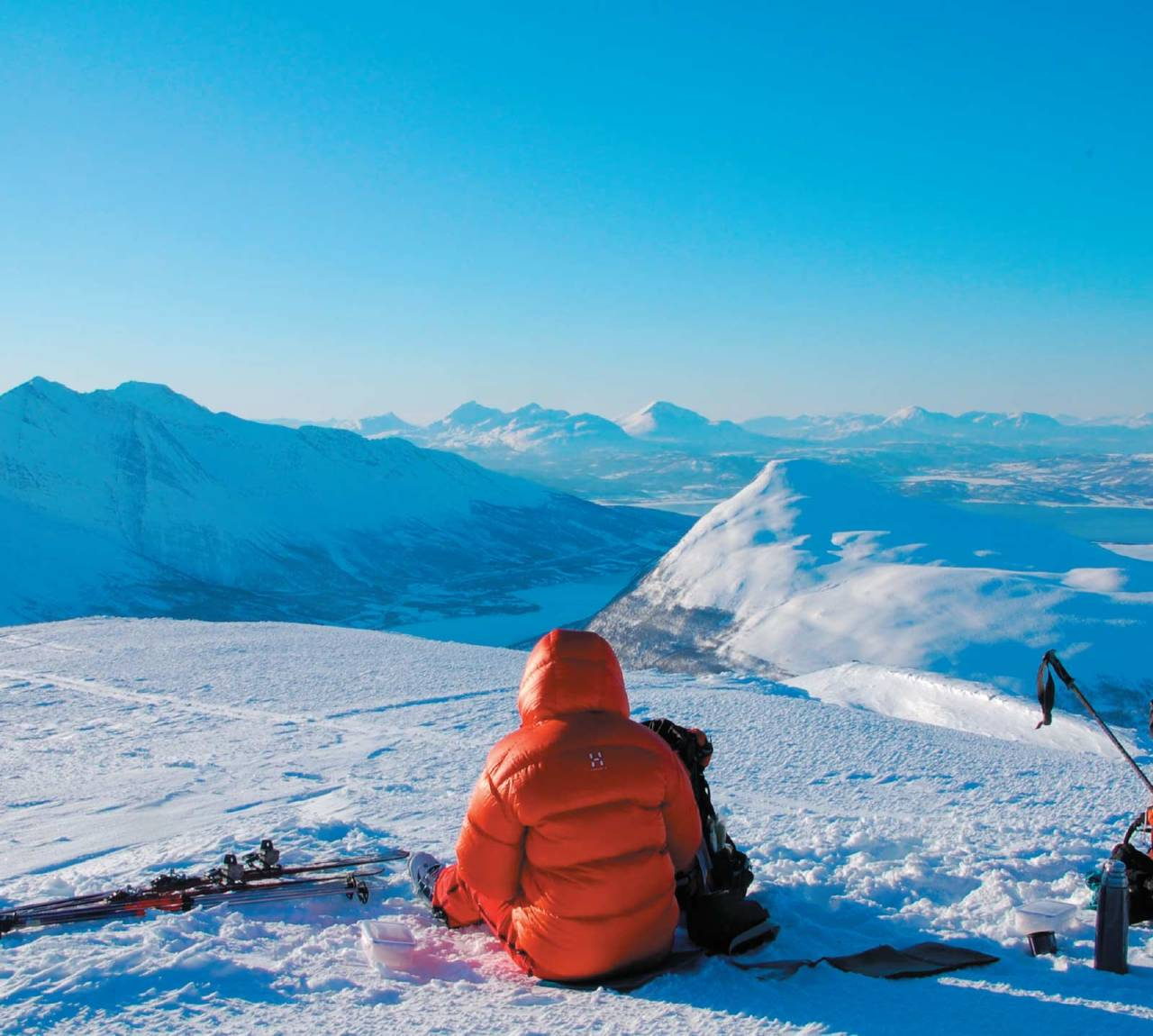 Mat og drikke må man ha. Heidi Berg nyter stunden på toppen av Rassevarri. Foto: Espen Nordahl. / Toppturer i Troms.
