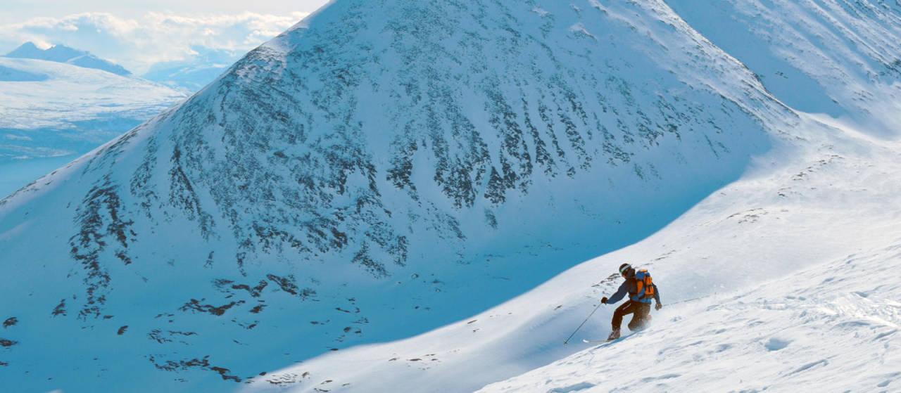 En dedikert telemarkskjører på vei ned topphenget på Rørnestinden. Foto: Espen Nordahl. / Toppturer i Troms.