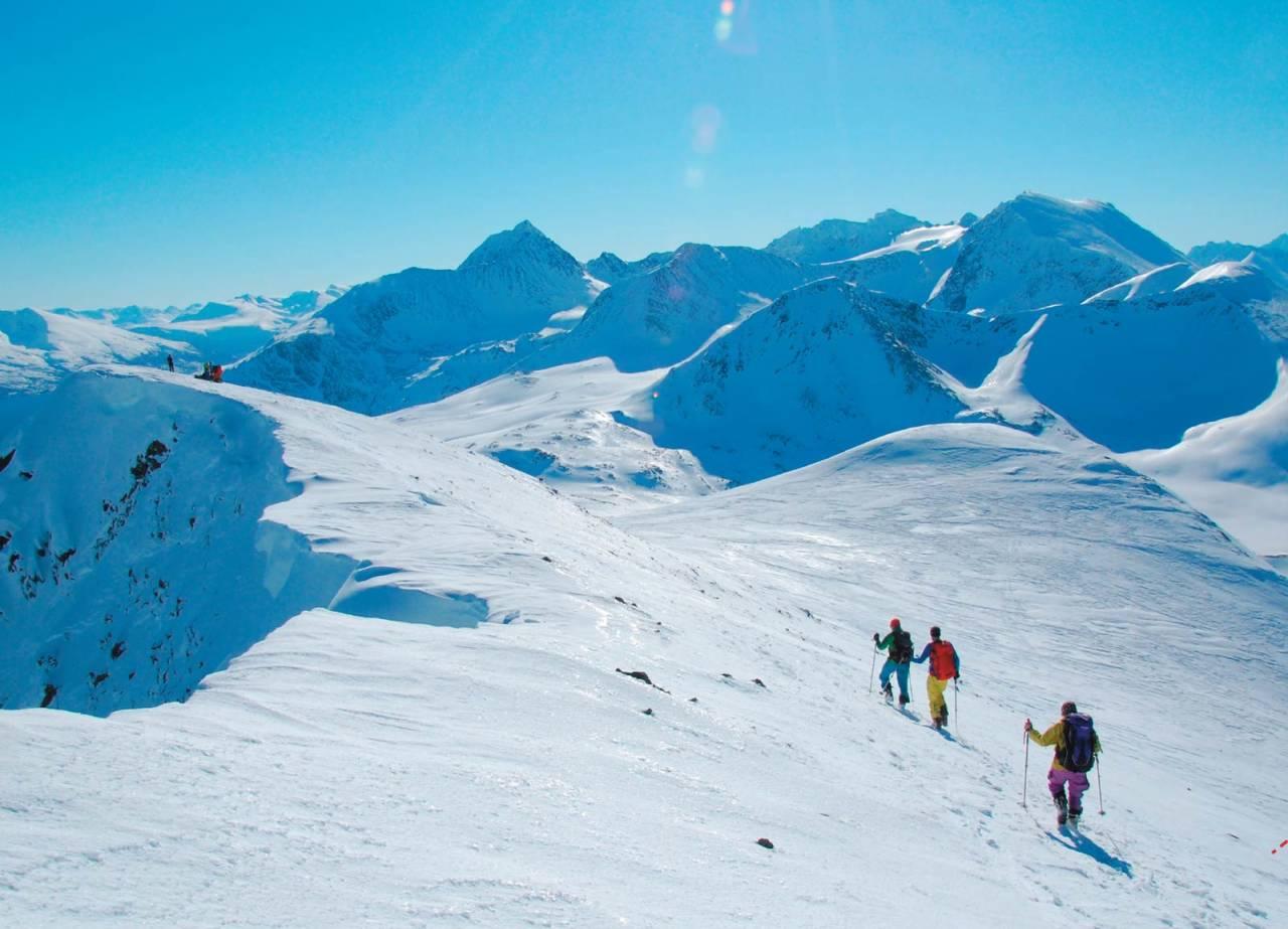 Oddbjørn Forfang, Sissel Forfang og forfatteren holder god avstand til kanten på toppryggen på Russelvfjellet. Her omkom en person pga skavlknekk få dager tidligere. Foto: Heidi Berg. / Toppturer i Troms.