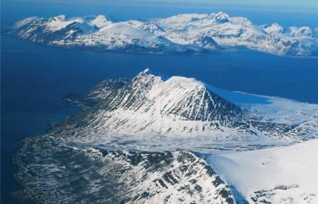 Russelvfjellet sett fra sørvest. Arnøya i bakgrunnen. Foto: Lorentz Mandal. / Trygge toppturer.
