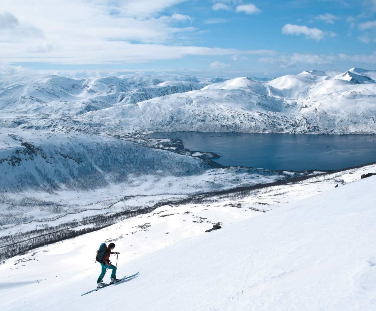 Flott lettgått terreng og prima utsikt. Heidi Berg koser seg på vei opp mot Skolpan. Foto: Espen Nordahl. / Toppturer i Troms.