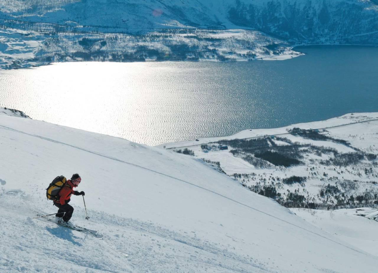 Sveitsiske Sabina Zimmermann innser at også Norge har flotte skifjell. Som her på vei ned fra Sofiatinden. Foto: Espen Nordahl. / Toppturer i Troms.