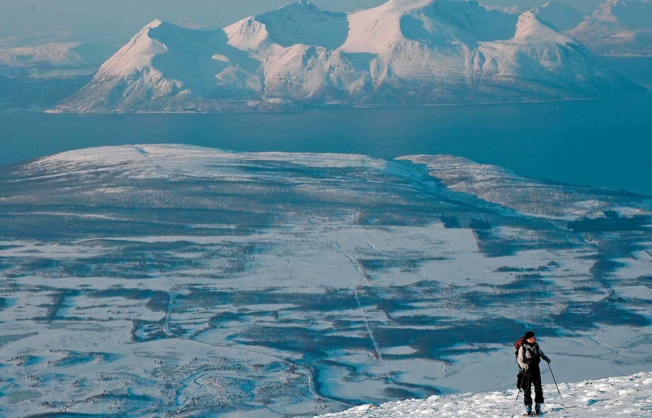 Jan Fredrik Frantzen nyter et vidt utsyn på Steinfjellet Foto: Espen Nordahl. / Toppturer i Troms.