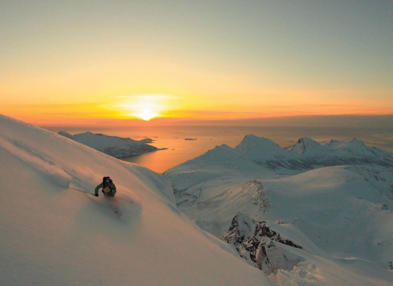 Lars Linaker Berglund signerer toppen av Storstolpan. Foto: Kjetil M. Samuelsen. / Toppturer i Troms.