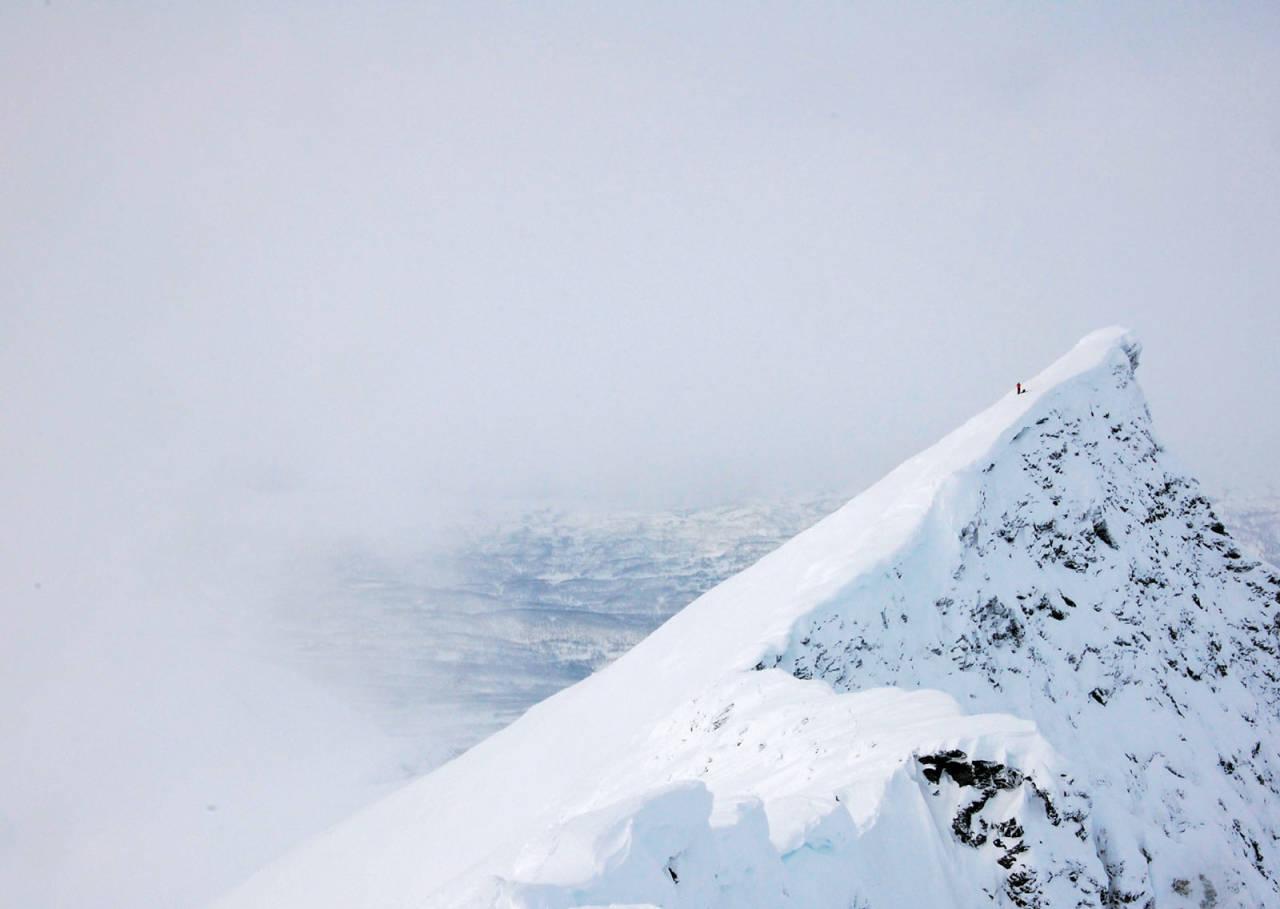 Du blir liten i stor natur. Heidi Berg på fortoppen på Storvasstinden. Foto: Espen Nordahl. / Toppturer i Troms.