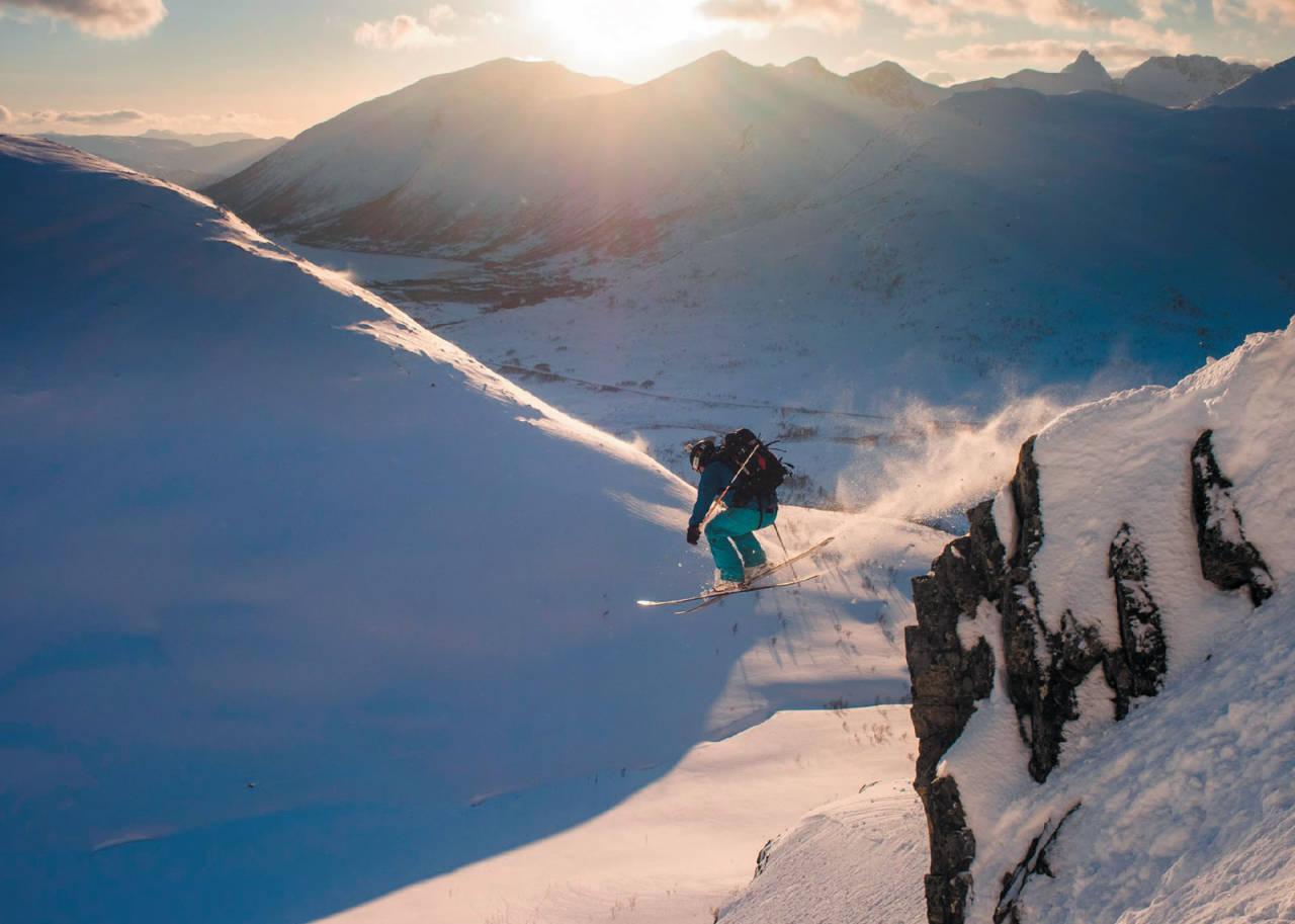 Kjetil M. Samuelsen later som han er frikjører og hopper klippe på vestsida av Straumsaksla. Foto: Espen Karlsen. / Toppturer i Troms.
