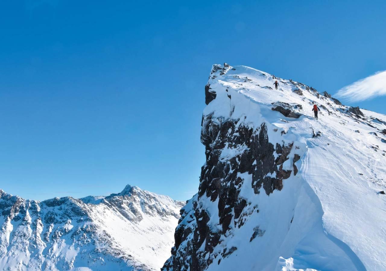 Torben Rognmo og Svein Mortensen med tilnærmet alpin oppstigning langs toppryggen på Styrmannen Foto: Espen Nordahl. / Toppturer i Troms.